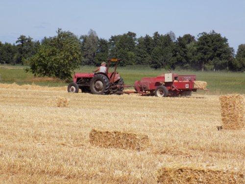 Stro baaltjes persen met de MF 35. Geplaatst door Han745XL op 09-08-2018 om 21:28:42, op TractorFan.nl - de nummer 1 tractor foto website.
