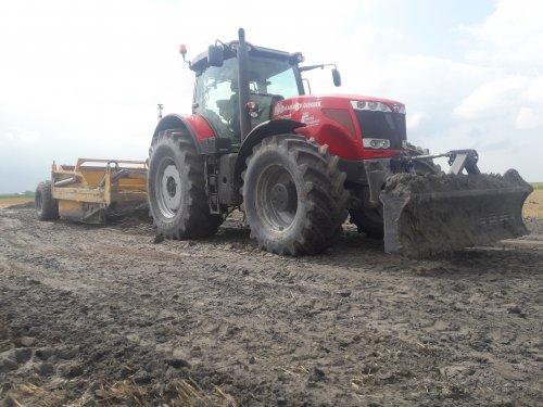 Kijk, daar heb je Jelle Bijlsma / Transportbedrijf Noord-Friesland (TNF) B.V. (Gytsjerk) × met een Massey Ferguson 8690. Hier mn collega met de 8690 en Dozerbak. Hier waren we bezig een perceel te bezanden met aangevoerd zand.