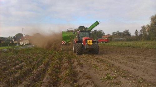 Niet echt een aanrader om boven op de rooier te gaan staan deze oogst.. Geplaatst door nielsve op 21-10-2018 om 13:40:26, op TractorFan.nl - de nummer 1 tractor foto website.