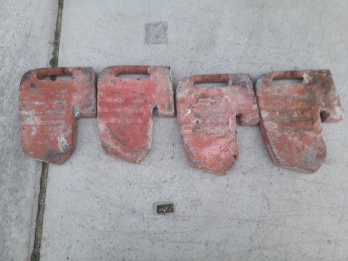 Foto van een Massey Ferguson Onderdelen. Bizarre vondst....ik was een County aan het slopen. Het betonnen contragewicht zat verbazend genoeg vol frontgewichten waaronder deze 4 van massey ferguson. Origineel MF. Gewoon in de beton gestort.... maar ze mogen weer een nieuwe eigenaar hebben. Dus voor de liefhebbers. Ze zijn te koop.