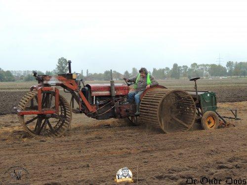 Wanneer de maïs eraf is tijdens de Retro Oogstdag, komen de grondbewerkingsmachines in actie en zodoende ook deze op zijn zachts gezegd, unieke zaaicombinatie.  Deze Massey Ferguson 65 is een verbouwing van deze landbouwer zelf. Met de kooiwielen wordt de grond zo goed als fijn gelegd zodat hij er over kan gaan met de Amazone zaaimachine.   Meer uniek materiaal, dat vind je op http://www.deoudedoos.be