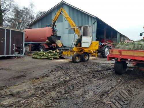Foto van een Massey Ferguson 135 met icar bazzoli kraan bezig met het opladen van hout.. Geplaatst door Tractor TV op 05-01-2019 om 13:23:54, op TractorFan.nl - de nummer 1 tractor foto website.