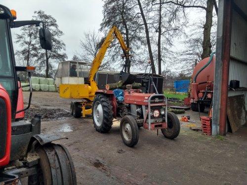 Foto van een Massey Ferguson 135 met icar bazzoli kraan bezig met het opladen van hout.. Geplaatst door Tractor TV op 05-01-2019 om 13:23:57, met 7 reacties.