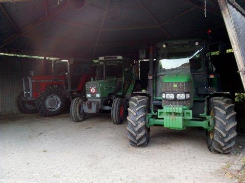 Foto van een Massey Ferguson 2680, Fendt 306 en John Deere 6230. Niet bepaald éénkennig: de top 3! :-) :-) :-)