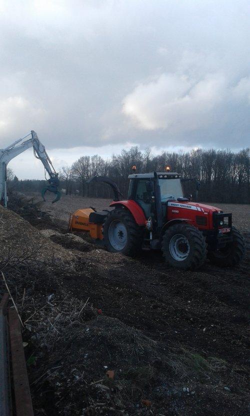 Foto van een Massey Ferguson 6490 bezig met houtversnipperen. Geplaatst door Fred6490 op 09-03-2019 om 18:01:25, met 7 reacties.
