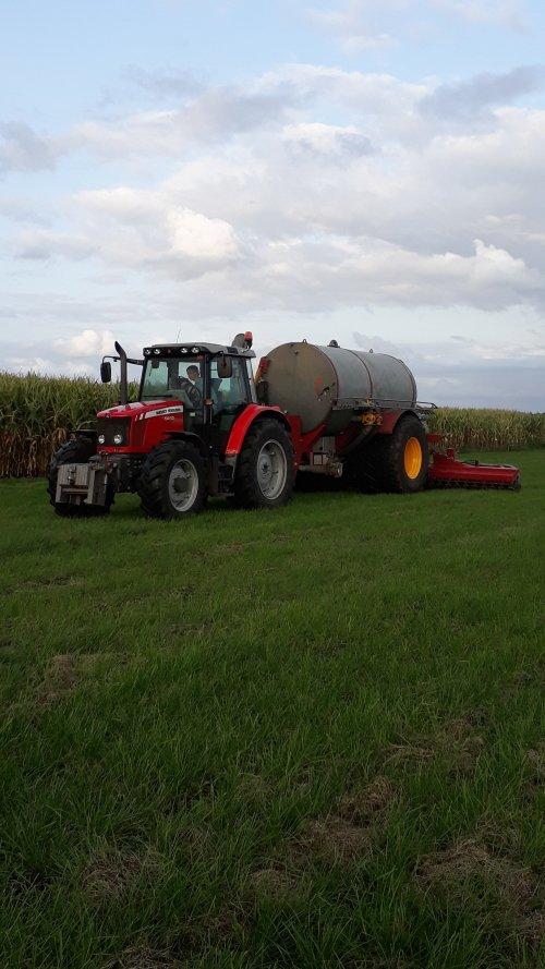 Foto van een Massey Ferguson 5460 met een vredo tank en bemester. Geplaatst door Luuk4000 op 19-03-2019 om 09:50:36, op TractorFan.nl - de nummer 1 tractor foto website.