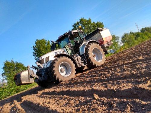 Gisteren nog wat Kali over de maïs en een paar aardappel percelen gaan strooien.. Geplaatst door nielsve op 15-05-2019 om 15:01:17, op TractorFan.nl - de nummer 1 tractor foto website.