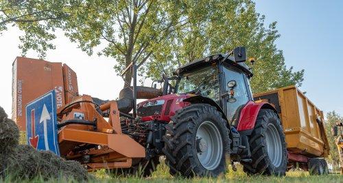 Hier zie je  Van Doorn Geldermalsen B.V. (Geldermalsen) × met een Massey Ferguson 5613.. Geplaatst door deerefan op 11-06-2019 om 22:06:44, op TractorFan.nl - de nummer 1 tractor foto website.