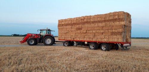 Foto van een Massey Ferguson Meerdere. 6465 en 7615 de grote pakken binnen zetten voor de regen.. Geplaatst door Wilco vd Kuilen op 04-08-2019 om 17:21:00, op TractorFan.nl - de nummer 1 tractor foto website.