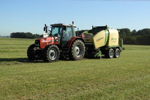 Balen persen. Hier zat niet veel op, maar totaal toch nog 176 ronde balen van 50 ha.. Geplaatst door pekkerietfan op 08-08-2019 om 12:12:21, op TractorFan.nl - de nummer 1 tractor foto website.
