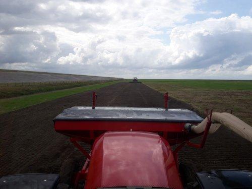 Vandaag ondanks alle regen toch nog een stukje kunnen zaaien. De Overtop frees haalde mooie droge grond boven. Daardoor wou het toch nog Prima zaaien. Kunnen we weer een klusje afstrepen.