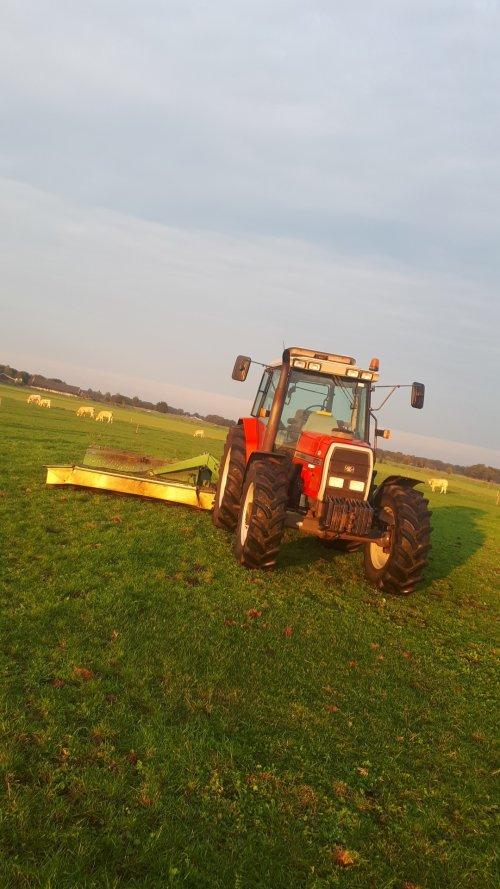 Foto van een Massey Ferguson 6170. Spul maar gladmaaien met de hoop op betere hergroei. Geplaatst door Emmink op 05-10-2019 om 18:26:38, op TractorFan.nl - de nummer 1 tractor foto website.