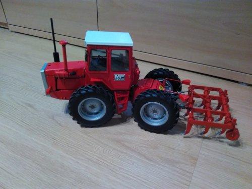 Foto van een Massey Ferguson 1200  Mijn 1/16 1200 heeft nu een cultivator in de hef. Geplaatst door David Bakker op 14-01-2020 om 20:34:21, met 7 reacties.