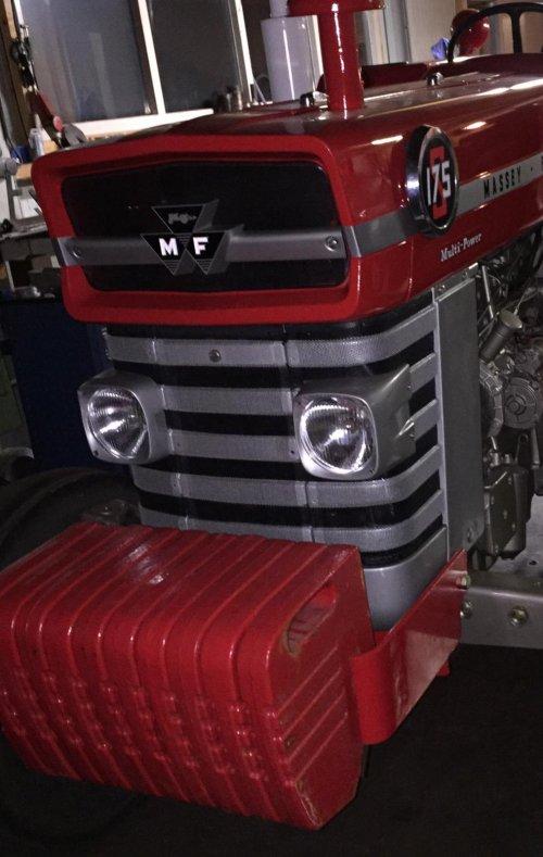 Foto van een Massey Ferguson 175s gril er in gezet bijna klaar. Geplaatst door FolkertMF op 09-02-2020 om 21:27:58, met 17 reacties.