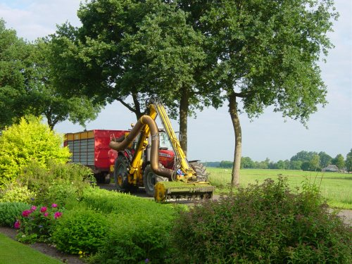 Foto van een Massey Ferguson 7480, bezig met gras maaien.. Geplaatst door jurgenkrijt op 10-06-2008 om 15:22:25, op TractorFan.nl - de nummer 1 tractor foto website.