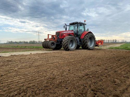 Wat zwaardere stukken voor bewerkt om aardappels in te poten. Geplaatst door massey6465 op 21-04-2020 om 23:30:10, op TractorFan.nl - de nummer 1 tractor foto website.