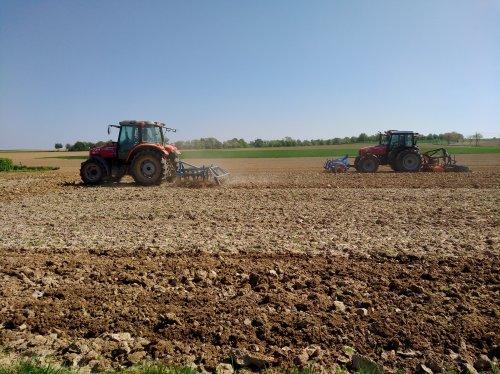Foto van een Massey Ferguson Meerdere aan het klaarmaken voor maïs te zaaien. De loonwerker komt een ander stuk frezen omdat de grond te hard is door de droogte