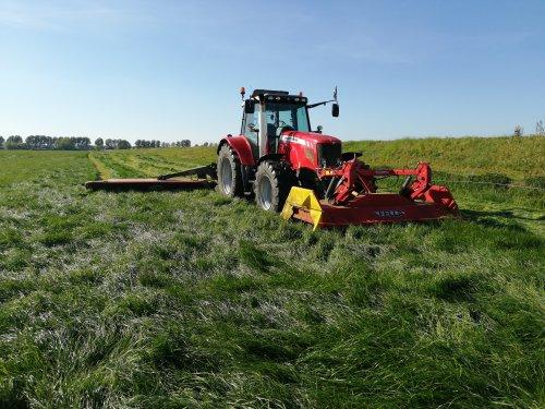 Foto van een Massey Ferguson 6465 Dyna-6. Eerste snede maaien, dat beetje regen heeft het gras toch goed gedaan