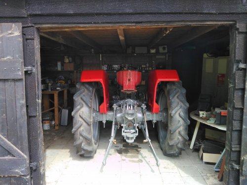 Foto van een Massey Ferguson 165 spatborden klaar nu de verlichting en de motorkap nog. Geplaatst door David Bakker op 22-05-2020 om 19:06:11, met 2 reacties.