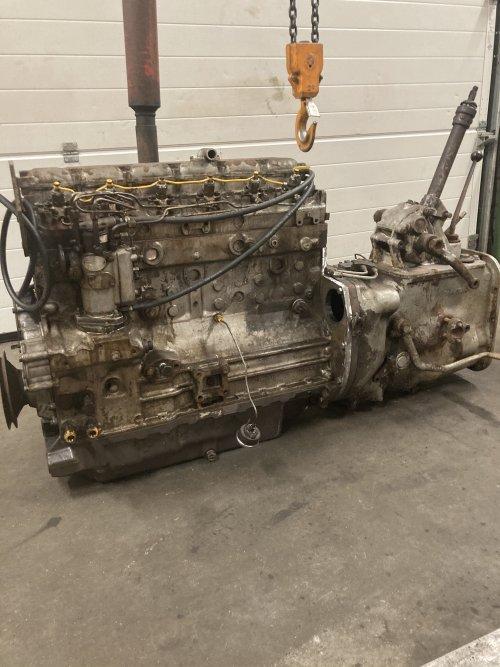 Naar lang wachten meten en passen eindelijk voor elkaar gekregen om de motor voor de bak te krijgen in pressie is het de zelfde plaat van een 699 het carter is van een 699 en de plaat tussen de motor en carter is zelf gemaak