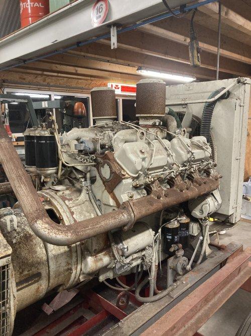 Foto van een Massey Ferguson Onderdelen vandaag een motor op kop getikt v8 540 perkins met 82 uur !! Is een noodaggregaat
