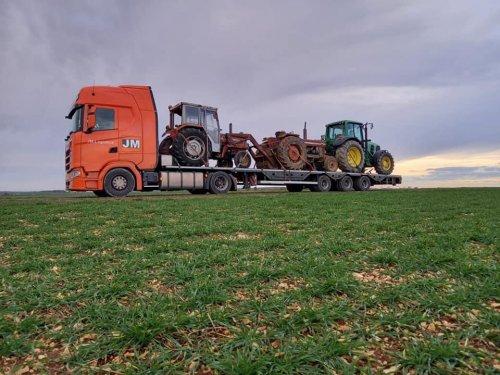 Nog een foto van hoe de 1080 werd getransporteerd van Frankrijk naar Nederland door JM logistics. De trekker krijgt nu groot onderhoud.
