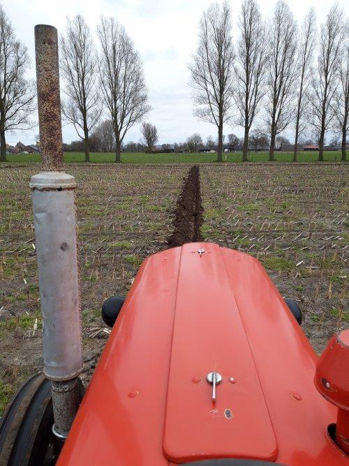 Foto van een Massey Ferguson 35 met Kverneland Hydrein ploeg. Mooi dagje geoefend.. Geplaatst door Wilco vd Kuilen op 10-04-2021 om 19:41:10, op TractorFan.nl - de nummer 1 tractor foto website.