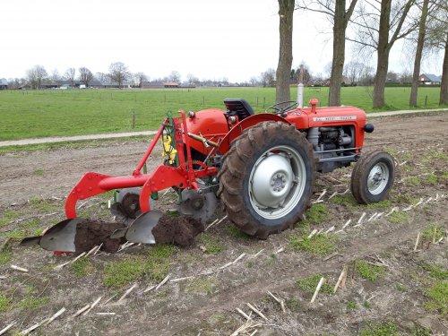 Foto van een Massey Ferguson 35 met Kverneland Hydrein ploeg. Mooi dagje geoefend.. Geplaatst door Wilco vd Kuilen op 10-04-2021 om 19:41:13, op TractorFan.nl - de nummer 1 tractor foto website.