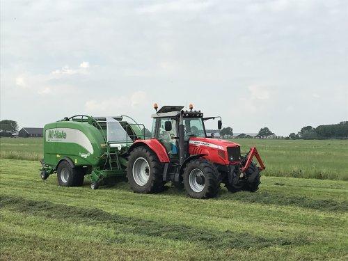 Hier zie je Loon- en Aannemingsbedrijf D Van De Dool. (Zuid-Holland) × met een Massey Ferguson 7480 en mchale fusion 3plus aan het balen persen