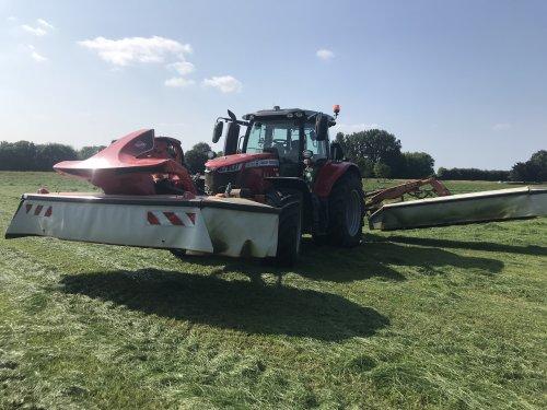 Massey Ferguson 6718S aan het maaien. Geplaatst door Rutger de Eicher man  op 22-07-2021 om 08:10:58, op TractorFan.nl - de nummer 1 tractor foto website.