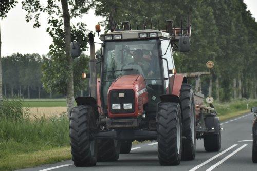 Foto van een Massey Ferguson 6270 met de maaiboot op weg in Flevoland. Geplaatst door warmerbros op 23-07-2021 om 22:59:23, met 2 reacties.