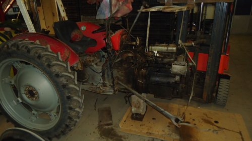 Foto van een Massey Ferguson 35 X bezig met uit mekaar liggen.. Geplaatst door sprokkel hout op 19-11-2011 om 18:00:53, op TractorFan.nl - de nummer 1 tractor foto website.