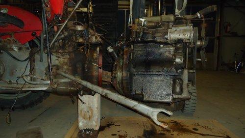 Foto van een Massey Ferguson 35 X bezig met uit mekaar liggen.. Geplaatst door sprokkel hout op 19-11-2011 om 18:02:54, op TractorFan.nl - de nummer 1 tractor foto website.