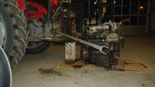 Foto van een Massey Ferguson 35 X bezig met uit mekaar liggen.. Geplaatst door sprokkel hout op 19-11-2011 om 18:03:32, met 3 reacties.