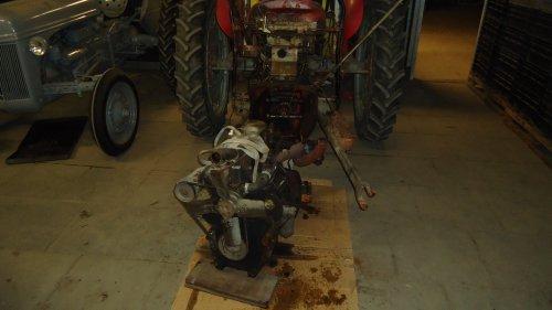 Foto van een Massey Ferguson 35 X bezig met uit mekaar liggen.. Geplaatst door sprokkel hout op 19-11-2011 om 18:04:09, met 59 reacties.