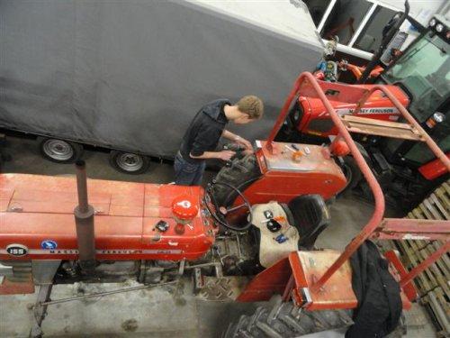 Foto van een Massey Ferguson 155, bezig met monteren van de oplossing van de franse spatborden.. Geplaatst door sprokkel hout op 12-12-2011 om 22:49:00, met 25 reacties.