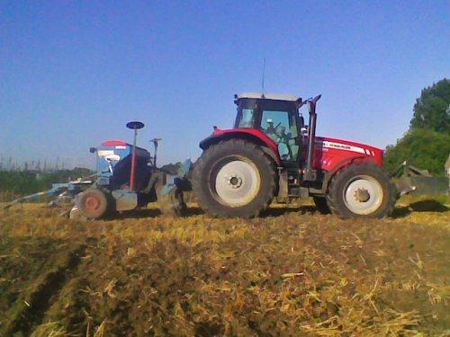 Foto van een Massey Ferguson 7485, bezig met zaaien.. Geplaatst door lamborghini R754 op 26-08-2012 om 20:22:34, op TractorFan.nl - de nummer 1 tractor foto website.