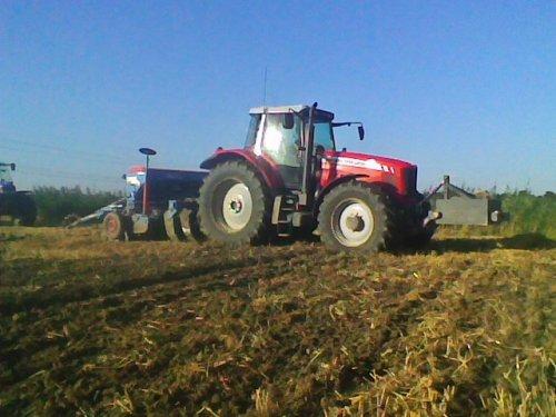 Foto van een Massey Ferguson 7485, bezig met zaaien.. Geplaatst door lamborghini R754 op 26-08-2012 om 20:22:39, op TractorFan.nl - de nummer 1 tractor foto website.