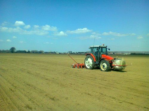Foto van een Massey Ferguson 4235, bezig met bietenzaaien.. Geplaatst door lamborghini R754 op 18-04-2013 om 22:13:50, op TractorFan.nl - de nummer 1 tractor foto website.