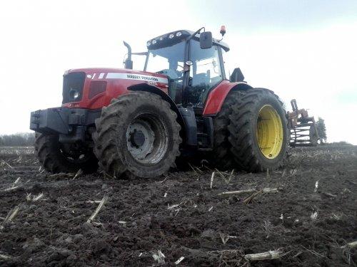 Foto van een Massey Ferguson 6475 Dyna-6, bezig met ploegen / eggen. Had hem perongeluk verwijdert dus hier is hij opnieuw :)