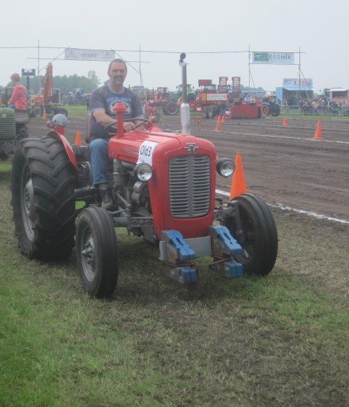 Foto van een Massey Ferguson 35 X, bezig met poseren.. Geplaatst door jordi 1455 op 19-05-2013 om 19:38:18, op TractorFan.nl - de nummer 1 tractor foto website.