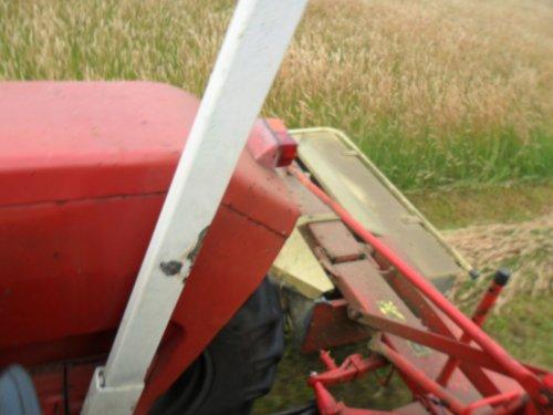 Foto van een Massey Ferguson 135, bezig met gras maaien.. Geplaatst door valyMF op 05-07-2013 om 07:53:34, op TractorFan.nl - de nummer 1 tractor foto website.