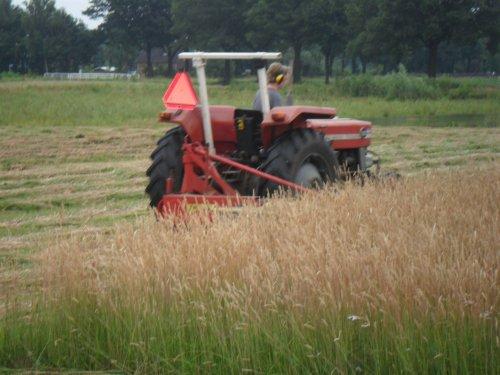 Foto van een Massey Ferguson 135, bezig met gras maaien.. Geplaatst door valyMF op 05-07-2013 om 07:56:23, op TractorFan.nl - de nummer 1 tractor foto website.