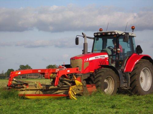 Foto van een Massey Ferguson 6480, bezig met gras maaien.. Geplaatst door Valtrapowerr op 14-07-2013 om 19:58:05, met 14 reacties.