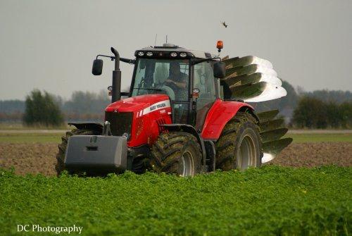 Foto van een Massey Ferguson 7485, bezig met ploegen / eggen. Geplaatst door DominiqueC op 26-10-2013 om 00:34:40, op TractorFan.nl - de nummer 1 tractor foto website.