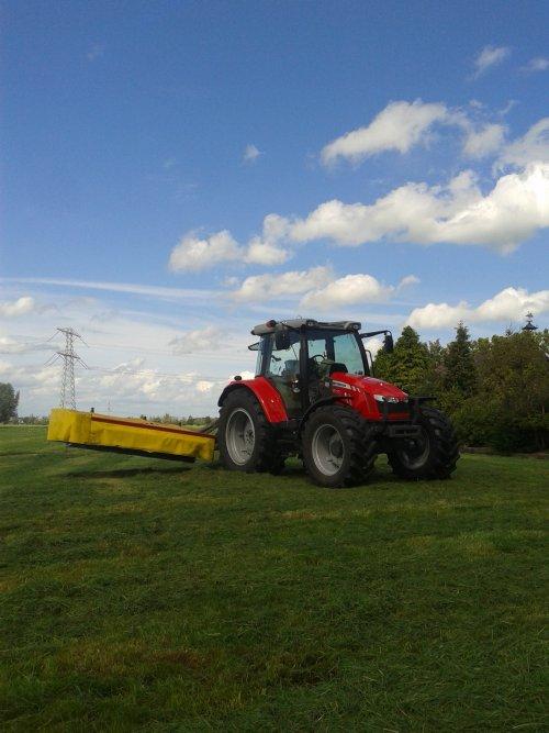 Foto van een Massey Ferguson 5610, bezig met gras maaien.. Geplaatst door hert op 13-08-2014 om 13:04:48, met 4 reacties.