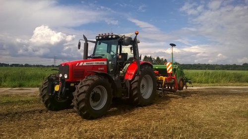 Foto van een Massey Ferguson 6480, druk bezig met Bemesten.. Geplaatst door MASSEY-MOOI op 24-08-2014 om 21:13:36, op TractorFan.nl - de nummer 1 tractor foto website.