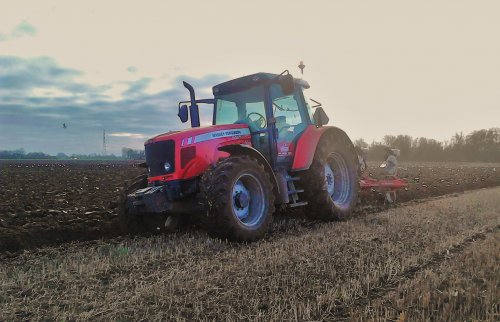 Massey Ferguson 5465, bezig met ploegen op de Voorsterklei.. Geplaatst door MF_3050_gek op 06-12-2014 om 18:05:45, op TractorFan.nl - de nummer 1 tractor foto website.