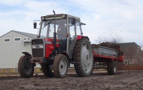 Foto van een Massey Ferguson 355, bezig met compost strooien in Noordwijk met de Schuitemaker.. Geplaatst door warmerbros op 07-03-2015 om 20:40:31, op TractorFan.nl - de nummer 1 tractor foto website.