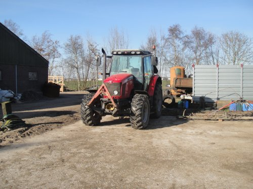 Foto van een Massey Ferguson 5435, bezig met poseren.. Geplaatst door aukejan13 op 01-04-2015 om 15:57:16, op TractorFan.nl - de nummer 1 tractor foto website.